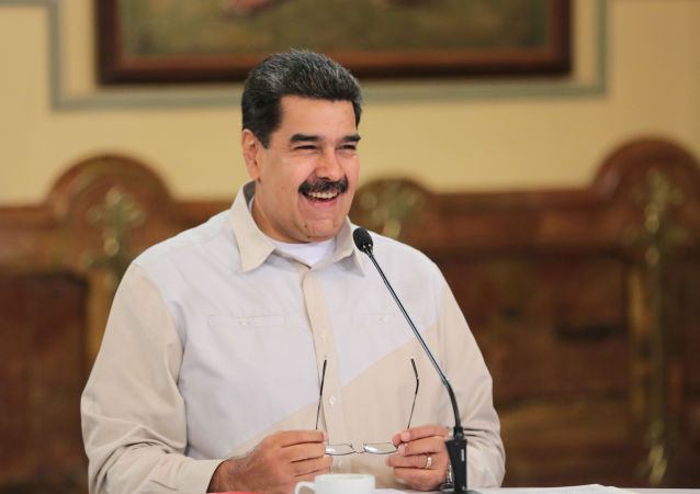 Presidente da Venezuela, Nicolás Maduro, sorri durante reunião com membros do governo no Palácio de Miraflores, em Caracas, em 23 de abril de 2019