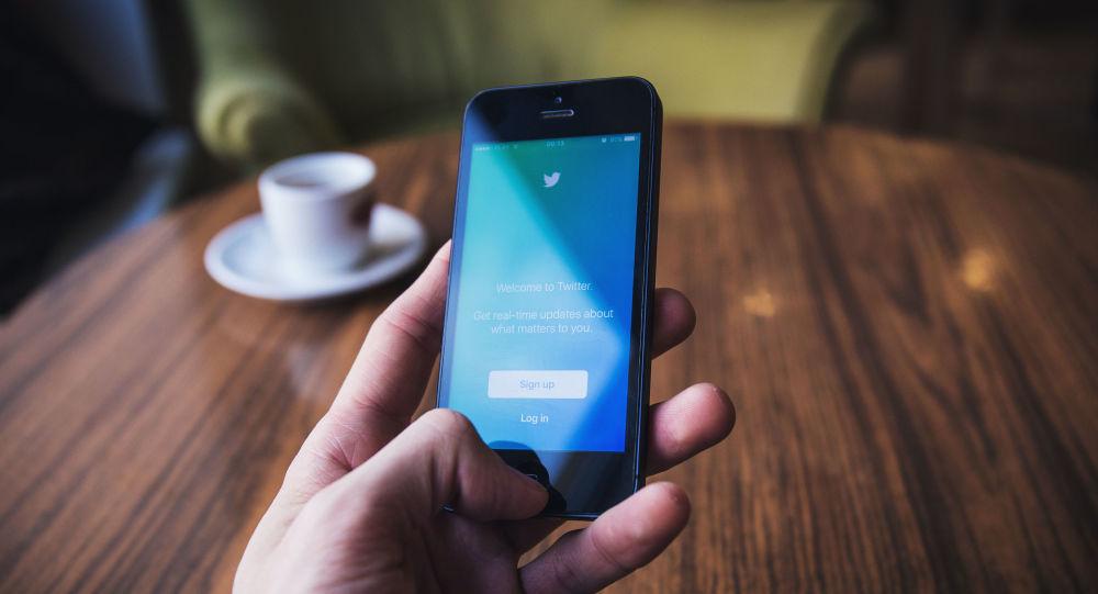Rapaz usa Twitter no celular (imagem referencial)