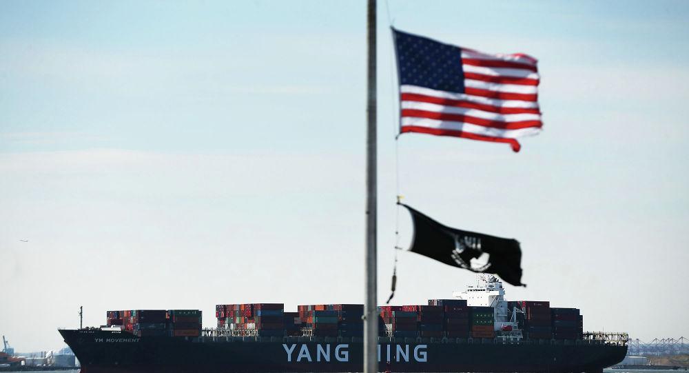 Navio cargueiro da empresa de transporte Yang Ming no porto de Nova York