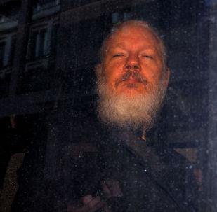 Fundador do WikiLeaks, Julian Assange, é visto saindo de delegacia em Londres