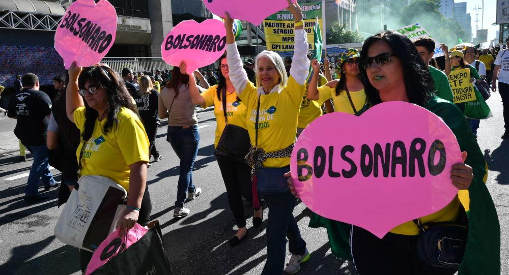 Apoiadores do presidente brasileiro Jair Bolsonaro caminham pela Avenida Paulista em defesa do governo atual, São Paulo, 26 de maio de 2019
