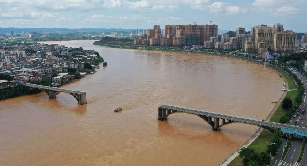 Parte de uma ponte que atravessa o rio Dongjiang desmorona em Heyuan, província de Guangdong, na China, 14 de junho de 2019