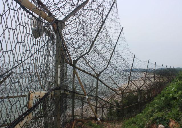 Vista de uma cerca de arame farpado que cobre grande parte do litoral da Coreia do Sul ao longo da costa leste