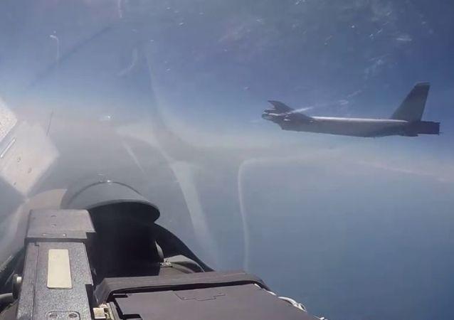 Caça Su-27 russo intercepta bombardeiro estratégico B-52H da Força Aérea dos EUA, durante aproximação da fronteira russa na direção dos mares Negro e Báltico, 17 de junho de 2018