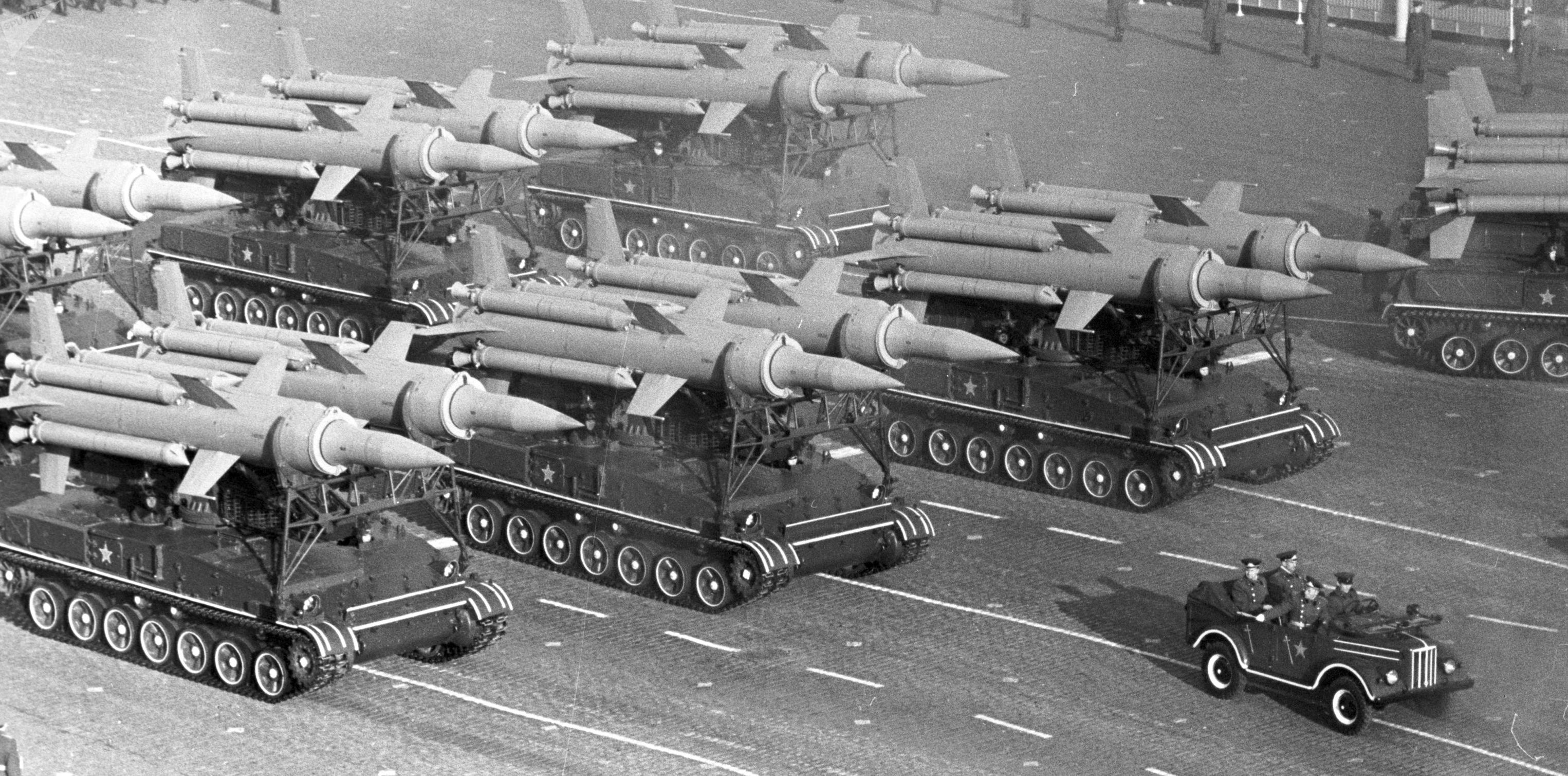 Desfile militar na Praça Vermelha em Moscou em 7 de novembro de 1966. Sistema de defesa antiaérea S-25