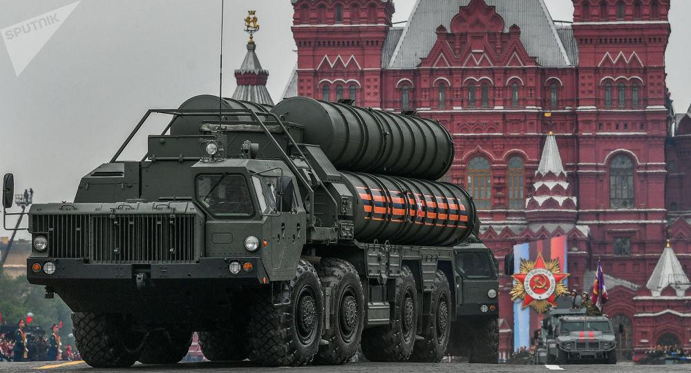 Sistemas de defesa antiaérea russo S-400 Triumph durante desfile militar na Praça Vermelha, em Moscou, Rússia