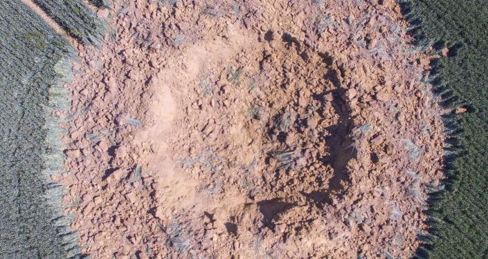 Vista aérea mostra cratera em campo de cevada localizada na região alemã de Limburg-Ahlbach, 24 de junho de 2019