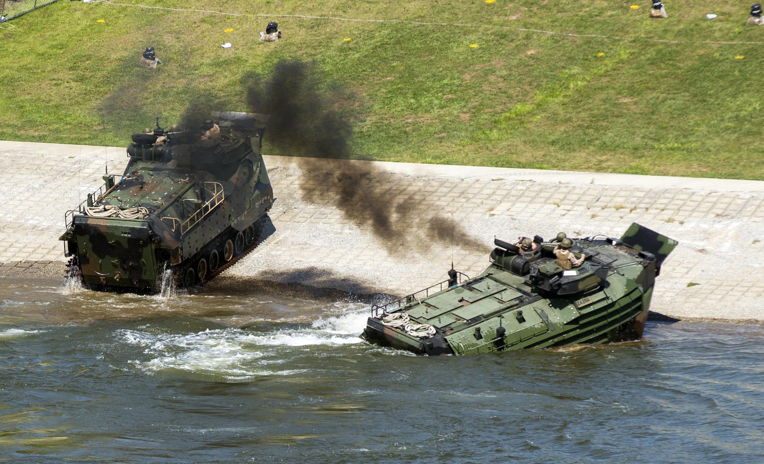 Fuzileiros navais dos EUA operando veículos anfíbios durante manobras (foto de arquivo)