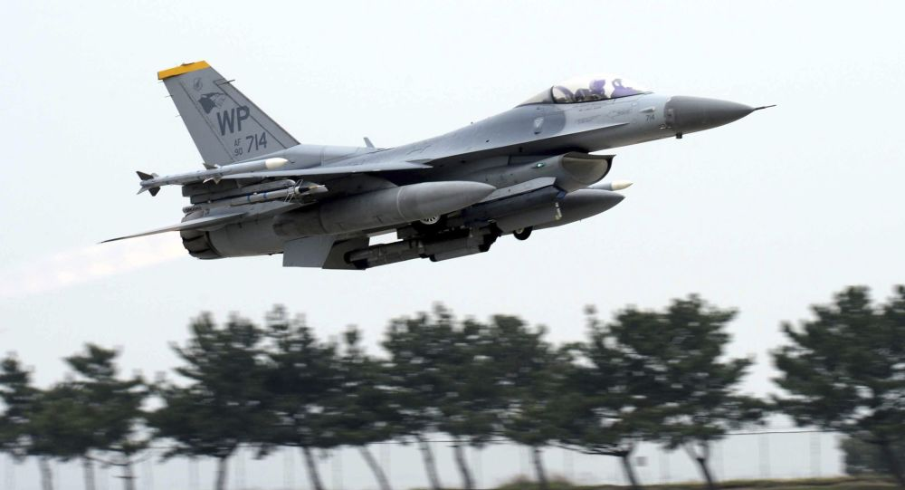 Um F-16 Fighting Falcon dos Estados Unidos