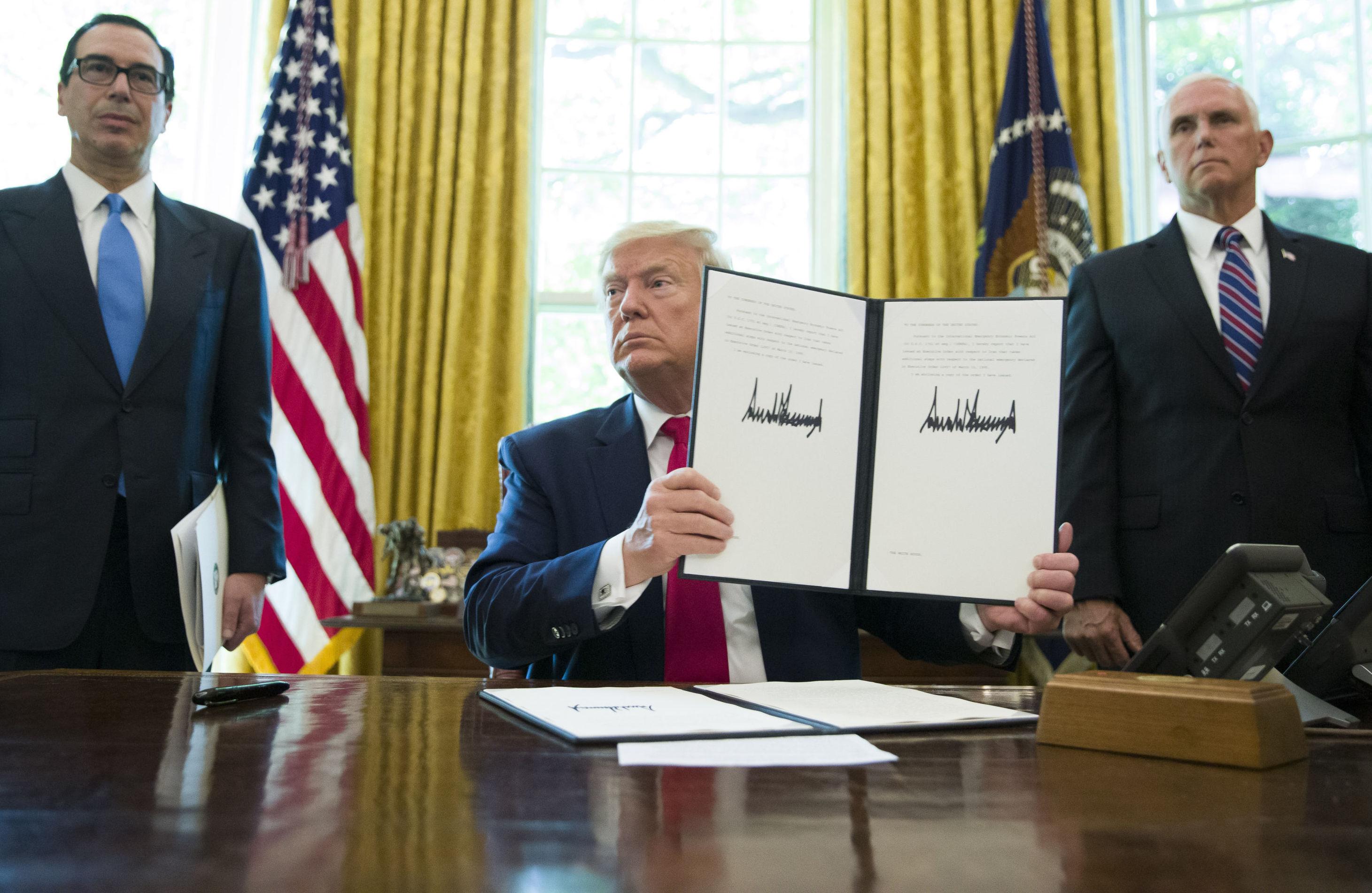 Trump mostra a ordem executiva assinada que aumenta sanções contra o Irã, 24 de junho