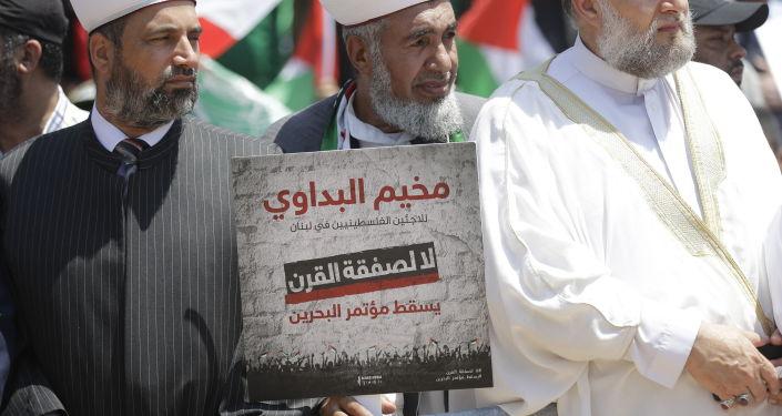 Muçulmanos sunitas carregam cartazes Não para o acordo do século contra conferência econômica do lado de fora da sede da Organização das Nações Unidas em Beirute, 25 de junho de 2019