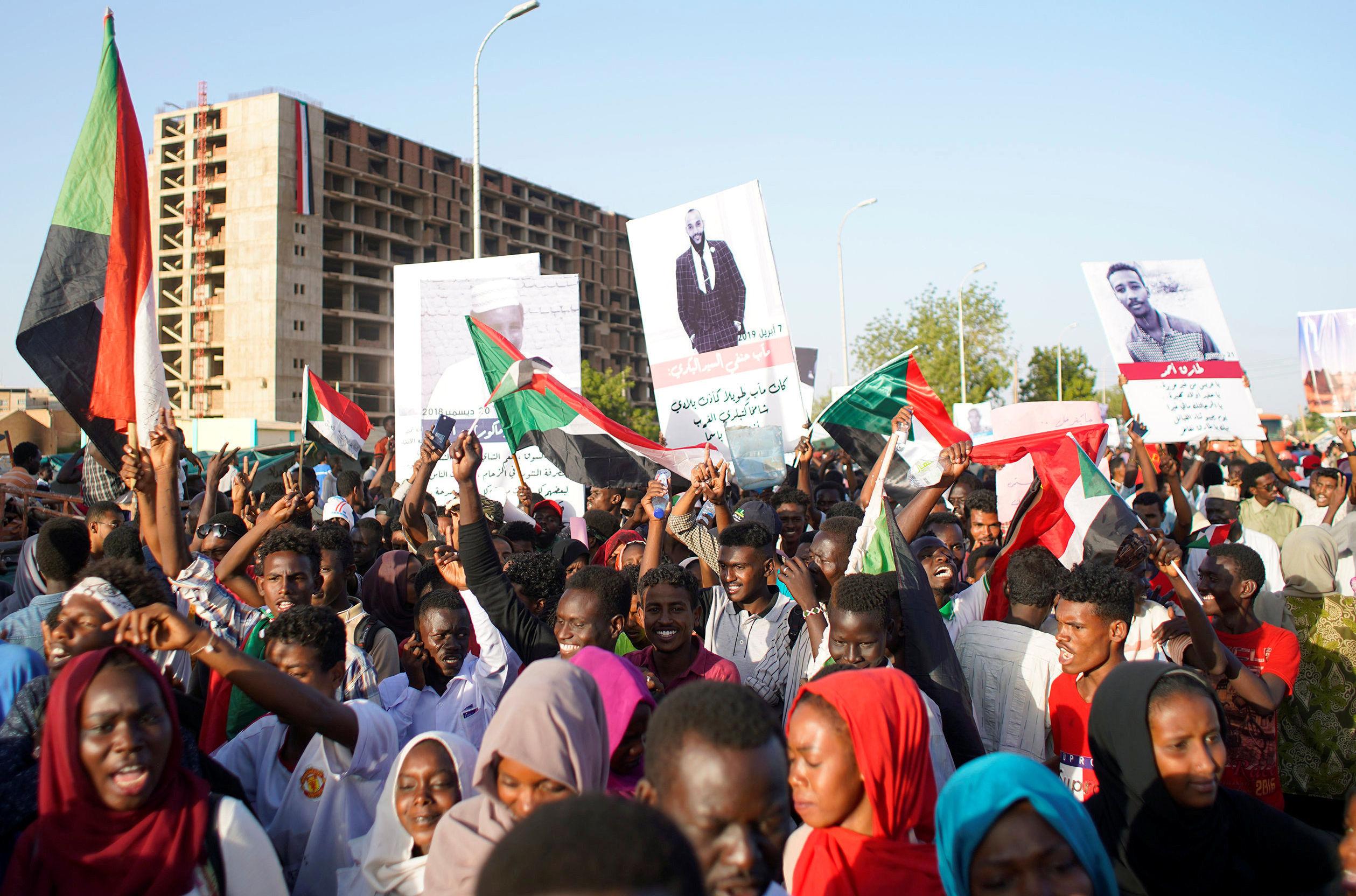 Manifestantes sudaneses em Cartum comemoram do ministro da Defesa, Awad Ibn Auf, renunciar ao cargo de chefe do conselho militar de transição do país.