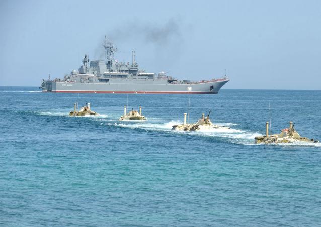 Desembarque do navio russo Caesar Kunikov durante exercícios táticos