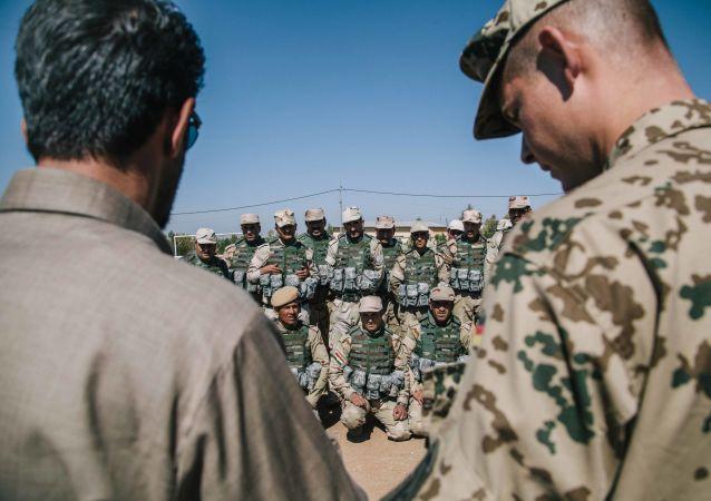 Soldados peshmerga assistem a sessão de formação de um instrutor do Exército alemão na base militar de Bnaslawa em Irbil, norte do Iraque