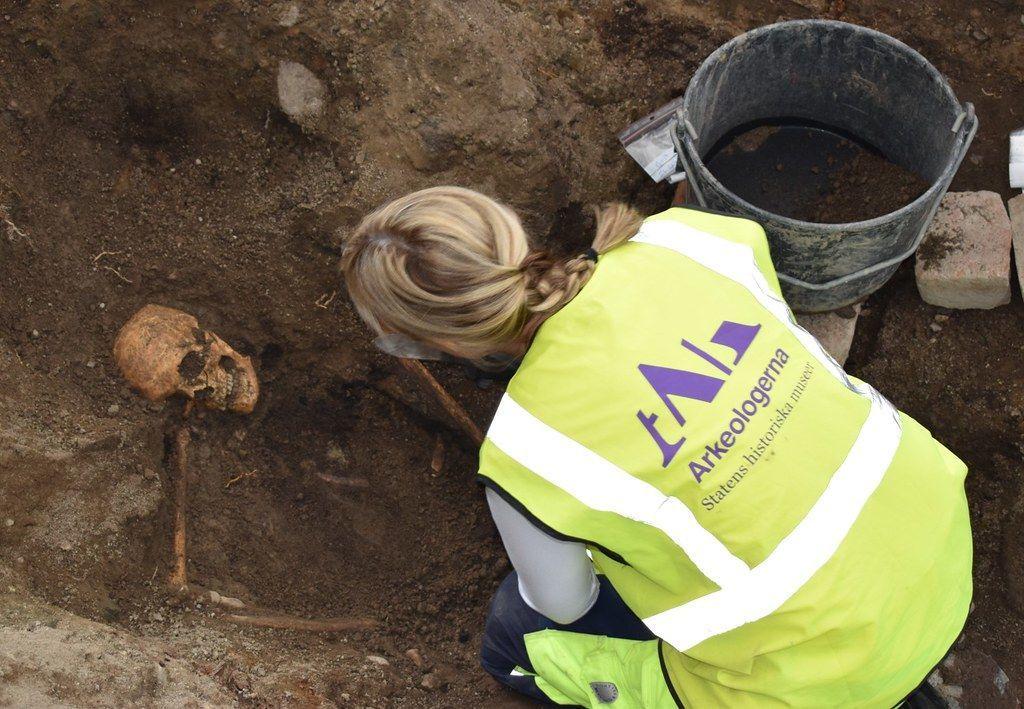 Osteóloga Caroline Arcini, examina as ossadas do homem