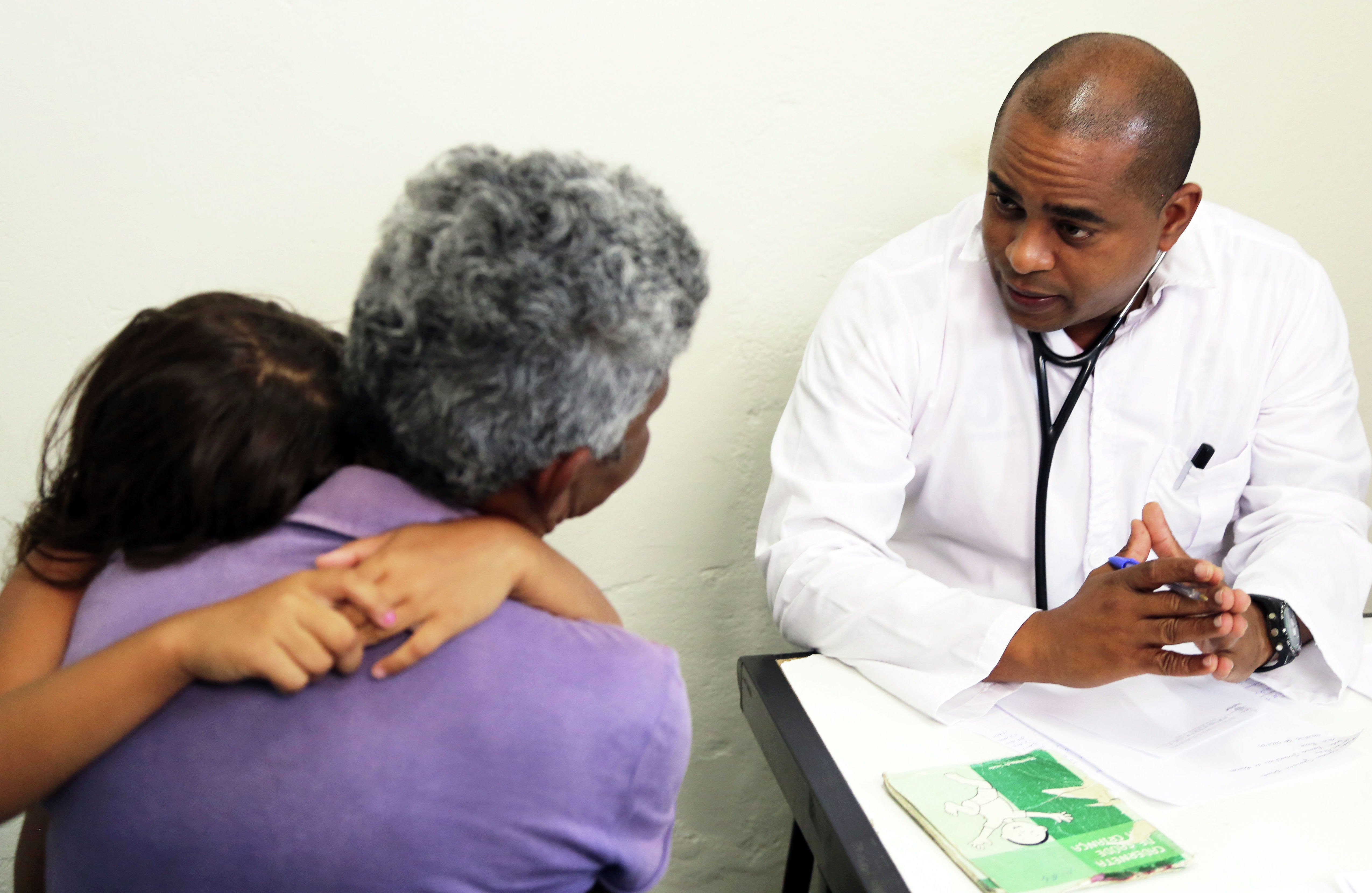 Médicos cubanos começam a trabalhar no interior do estado de Pernambuco, no Brasil.