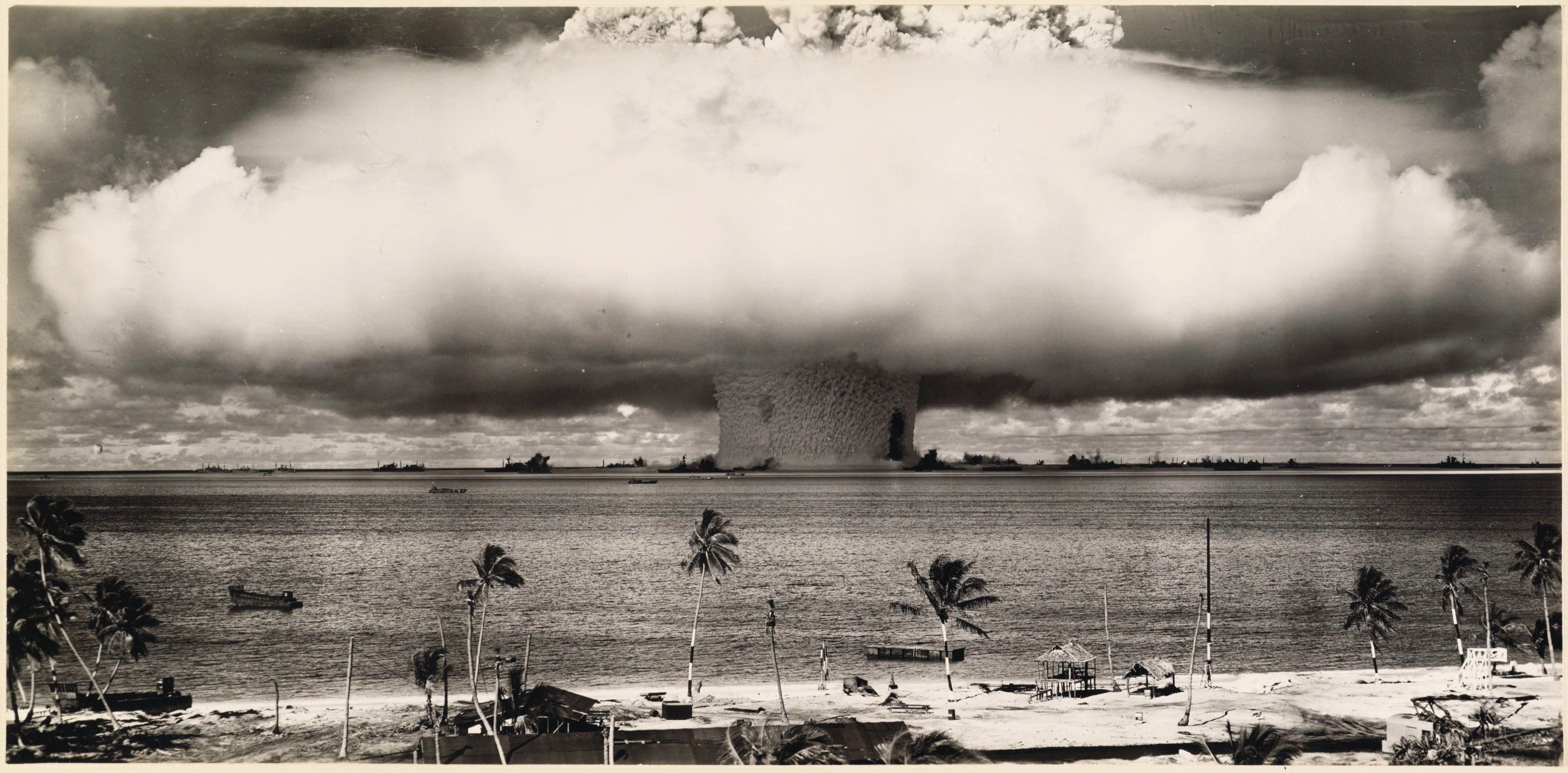 Teste de bomba atômica subaquática realizado pelos EUA no atol Bikini em 1946, nas Ilhas Marshall, Micronésia