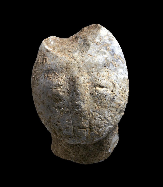 Figura de pedra com 9.000 anos, representando um rosto, encontrada durante as escavações