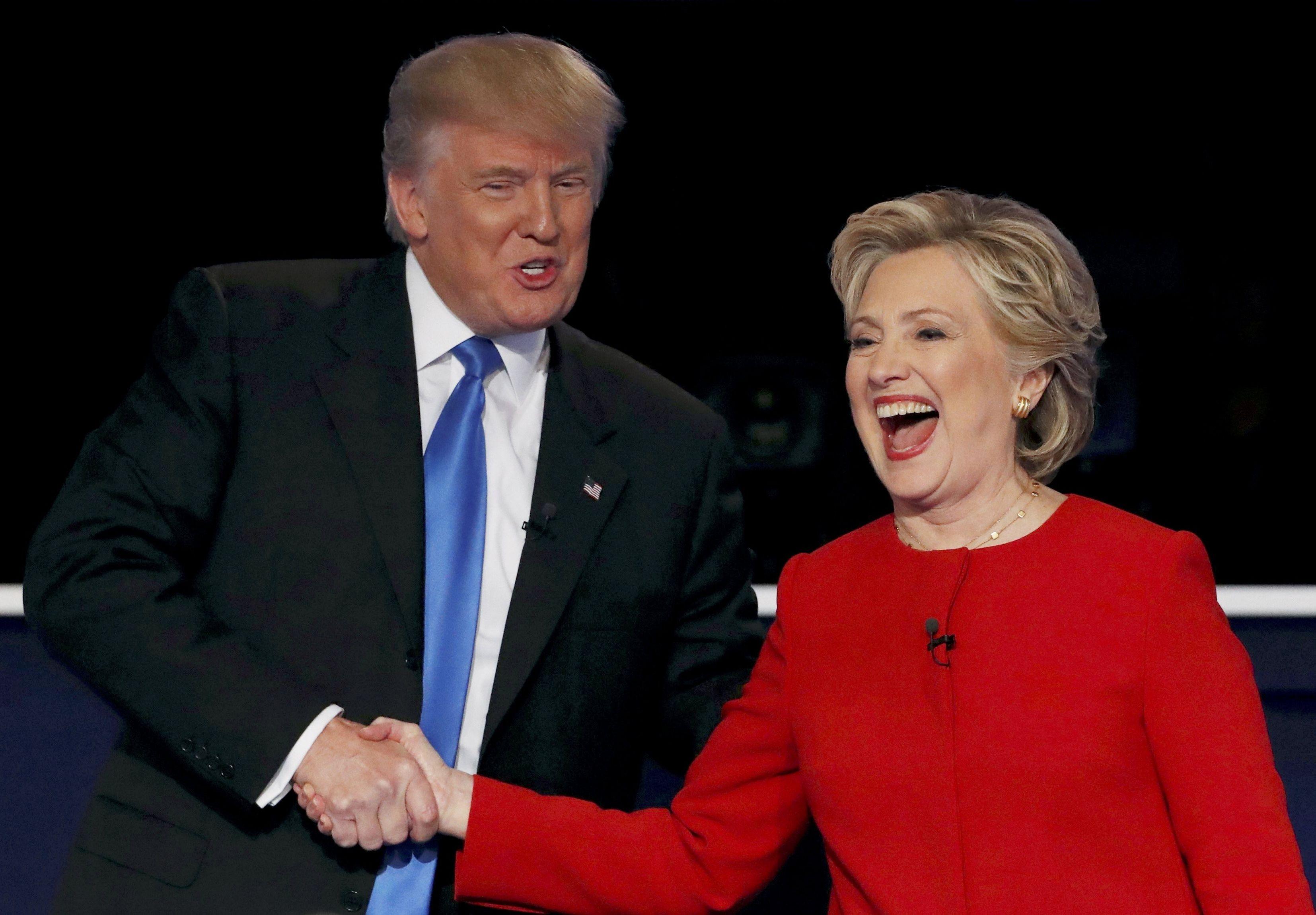 Presidenciável republicano Donald Trump (à esquerda) junto com a presidenciável democrata Hillary Clinton (à direita).