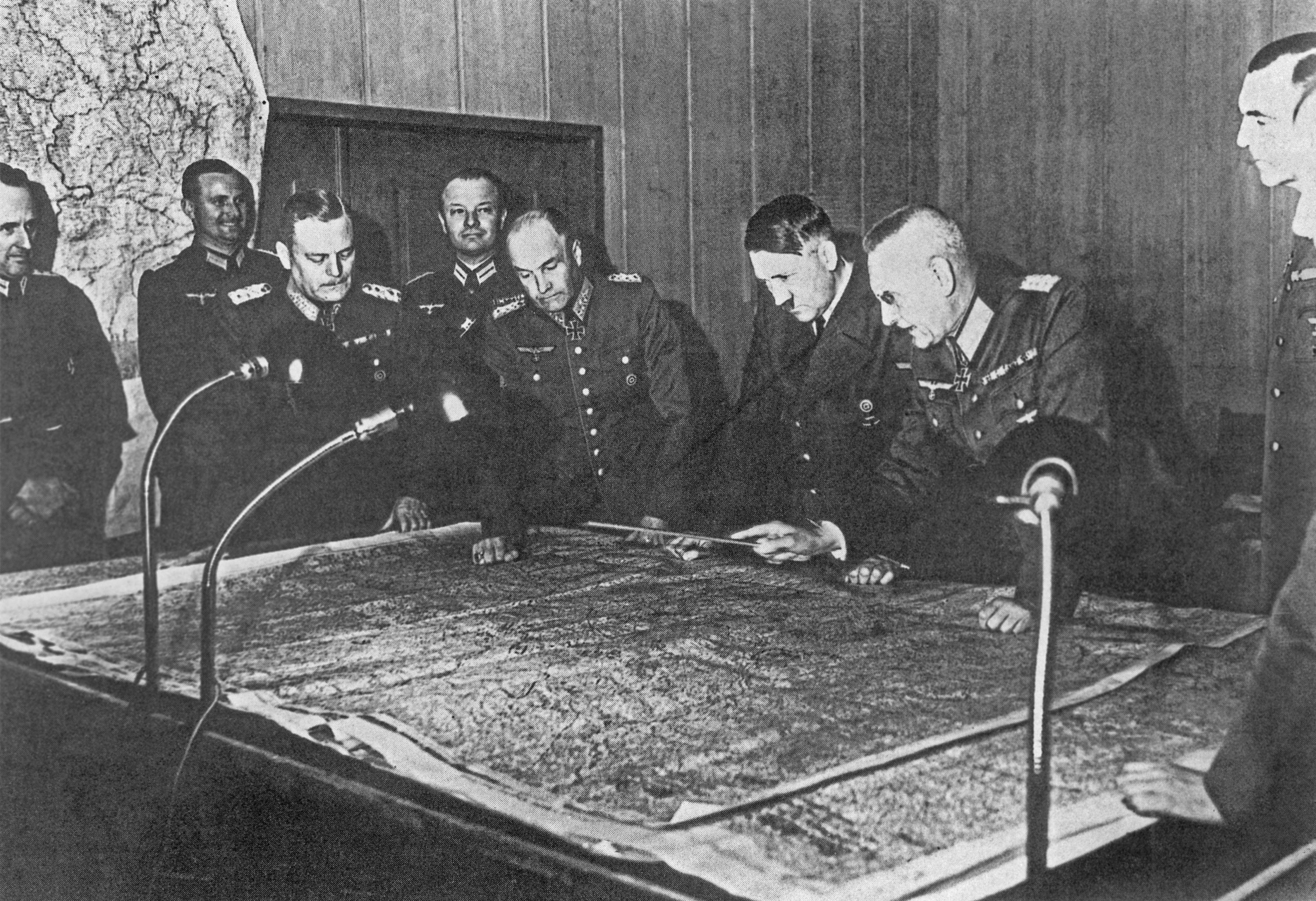 Marechal W. Keitel, coronel-general Walther von Brauchitsch, líder nazista Adolf Hitler e coronel-general F. Galder perto da mesa com um mapa durante a reunião do Estado-Maior General em 1940