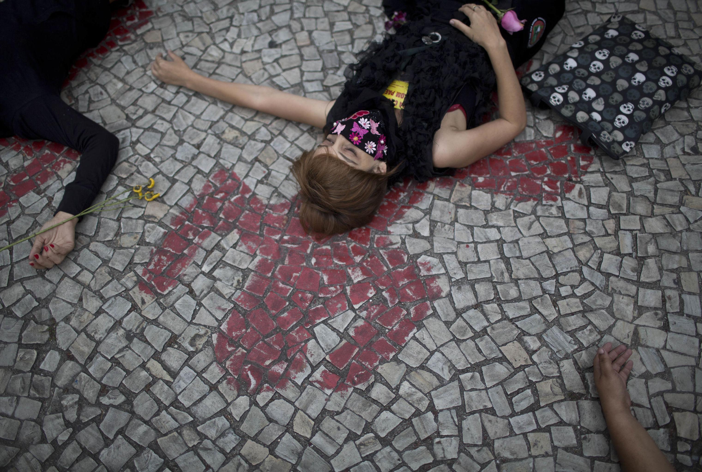 Manifestantes relembraram em 2013 a chacina que ceifou a vida de oito jovens na Candelária