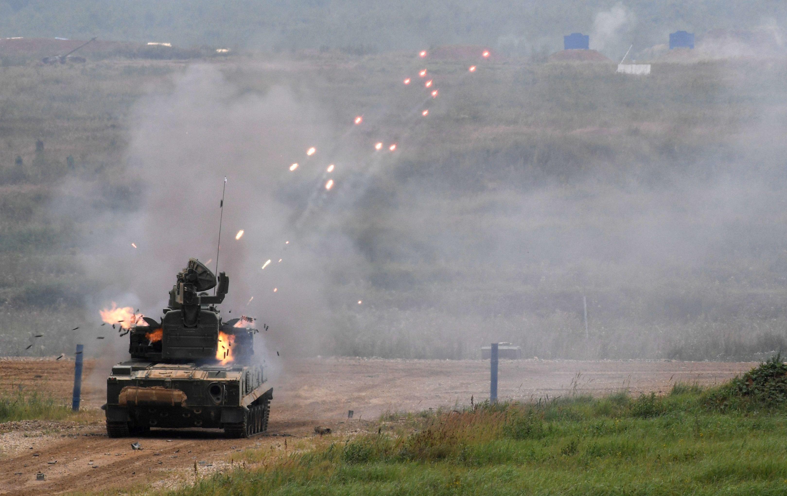 ZPRK 2S6M1 Tunguska durante demonstração de poder de fogo