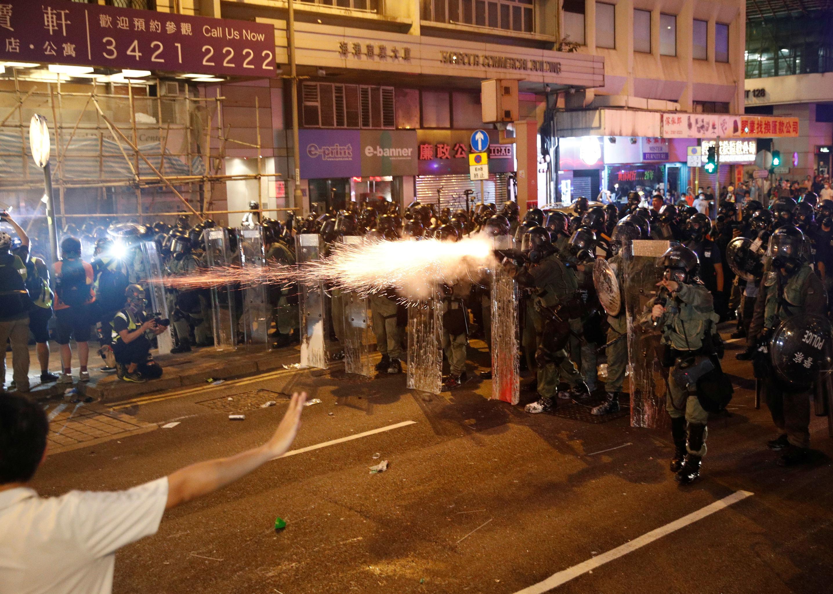 Polícia dispersa manifestantes em Hong Kong