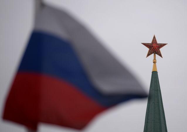 O pico do Kremlin e a bandeira russa na Praça Vermelha