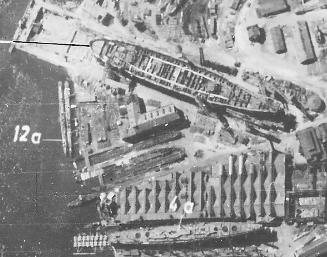 Navio de guerra do Projeto 23, Sovetsky Soyuz, fotografado por um avião alemão no estaleiro do Báltico