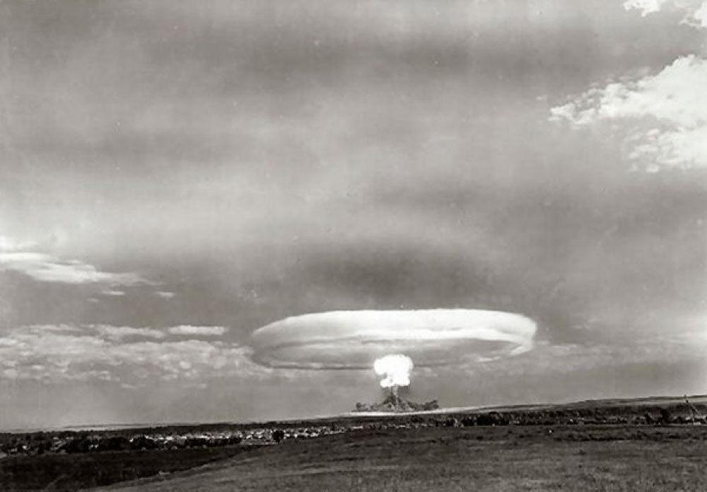 Testes de bombas nucleares durante exercício militar no polígono de teste de Totsk em 1954