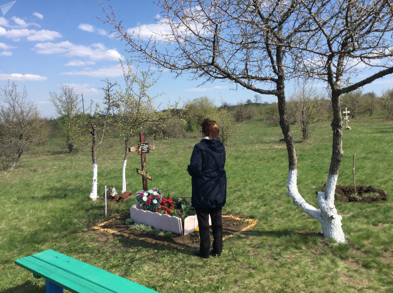 Vera Stenina no local da morte de seu filho, Andrei Stenin, na cidade de Snezhnoe