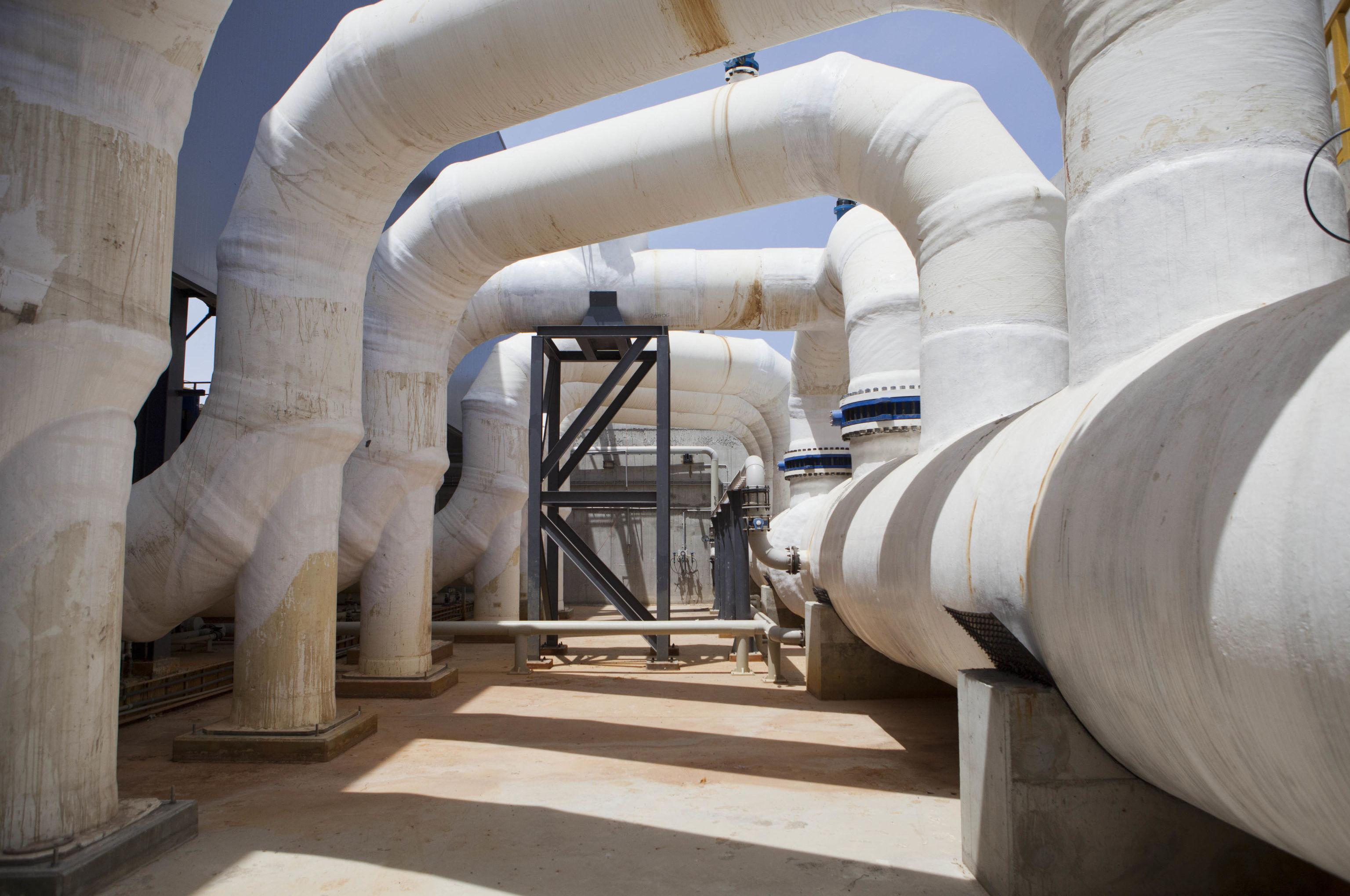 Usina dessalinizadora em Rishon Letzion, Israel, foto de 4 de maio de 2004
