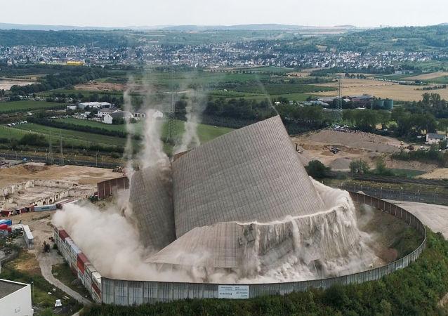 Demolição de torre de usina usina nuclear de Mulheim-Karlich