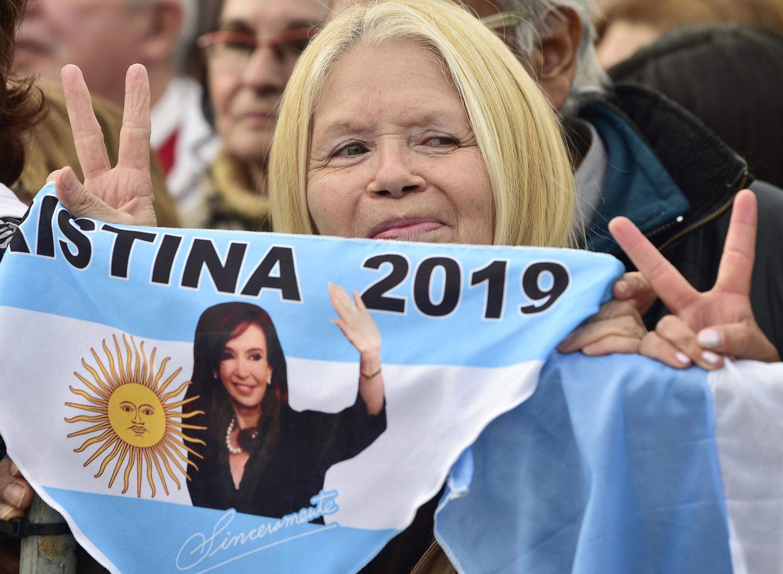 Apoiadora de Cristina Kirchner levanta bandeira do seu país com o nome de sua candidata em 25 de maio de 2019
