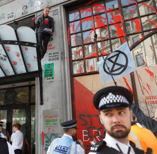 Embaixada brasileira em Londres sofre protestos contra política ambiental do país
