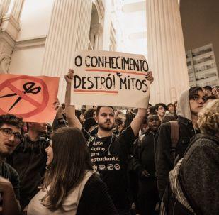 Protesto contra a reforma da previdência e cortes na educação em Curitiba, capital paranaense