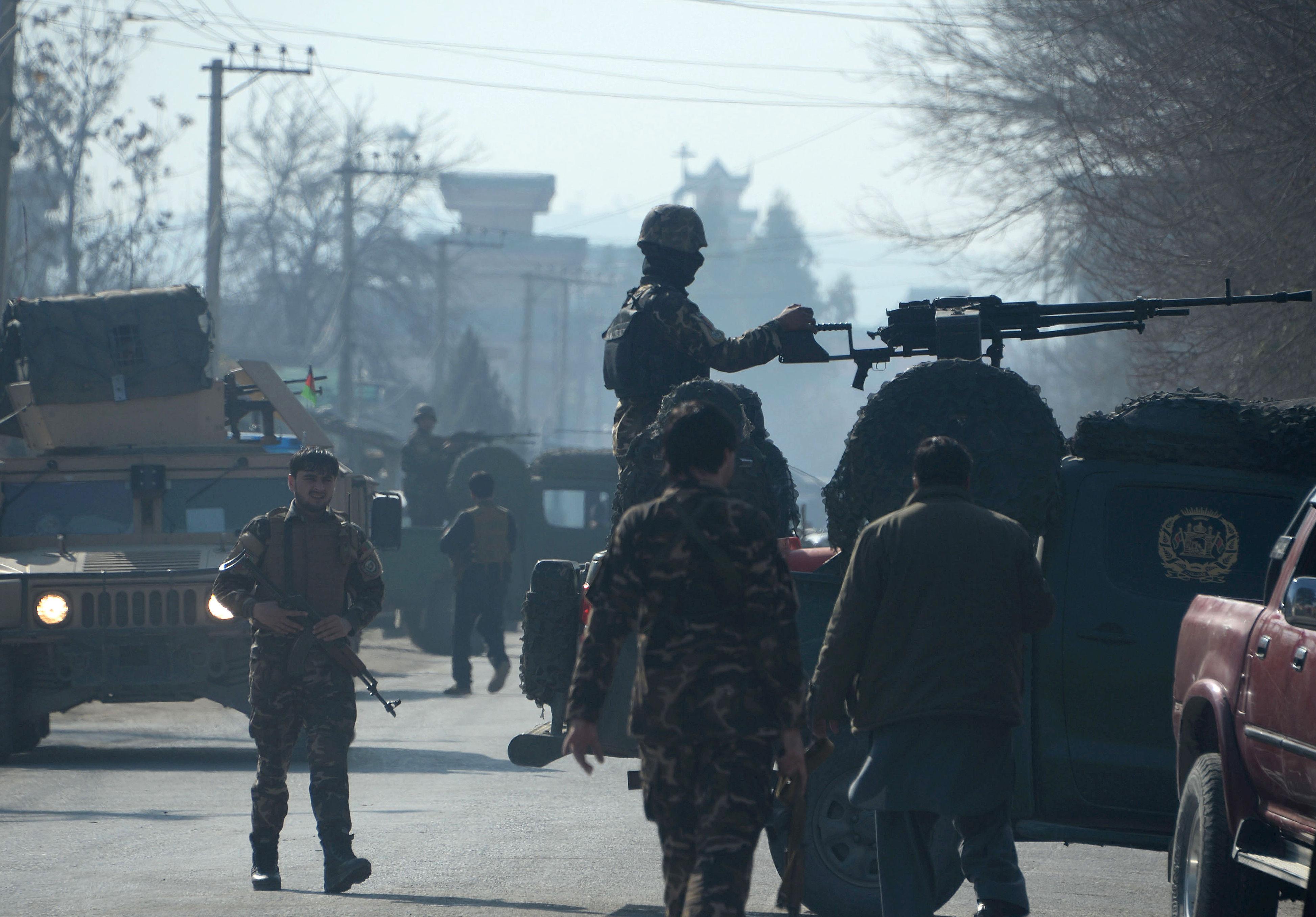 Agentes das forças de segurança afegãs, em estado de alerta, guardam o local do ataque suicida em Jalalabad, Afeganistão, 17 de janeiro de 2016