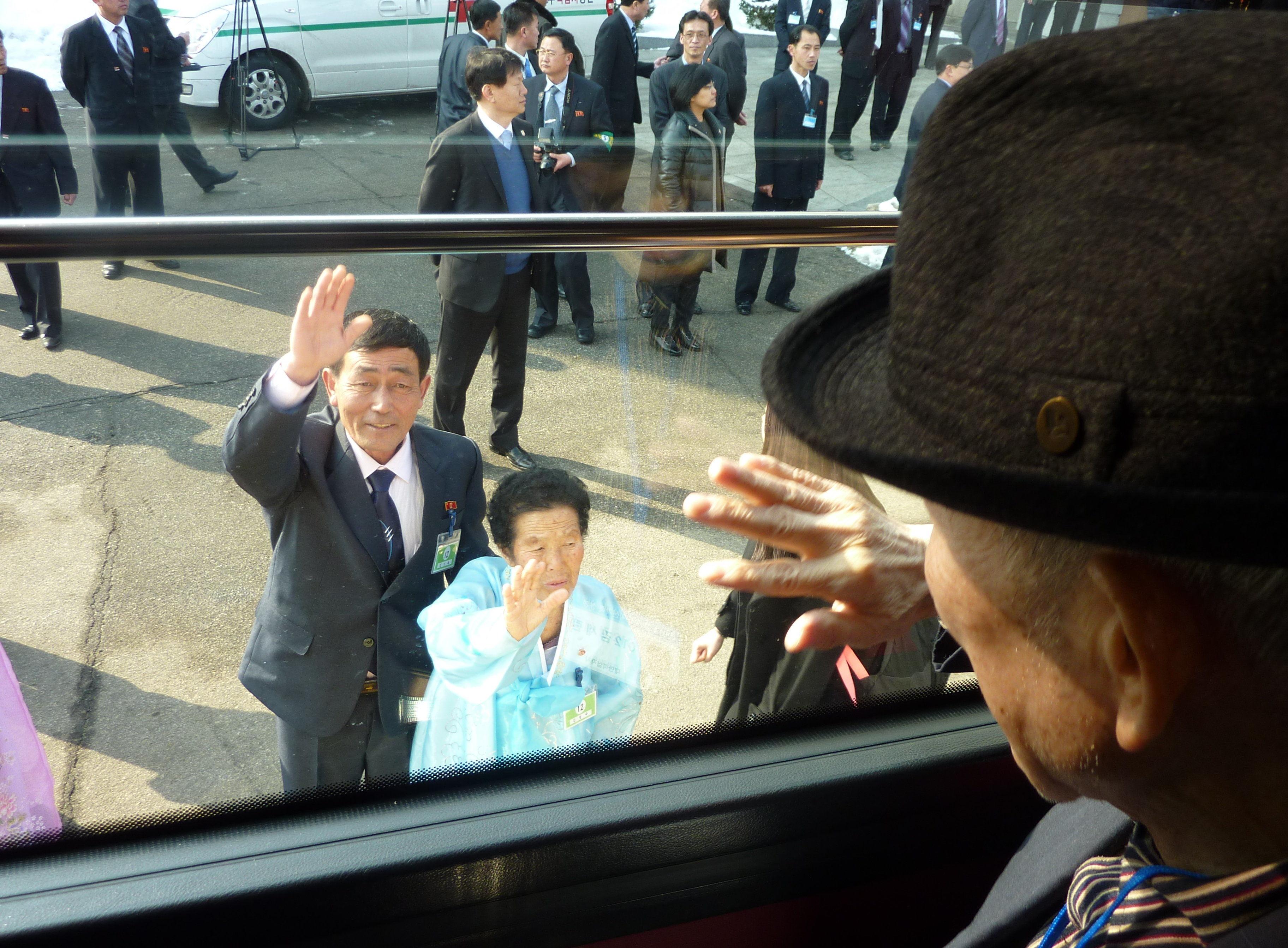 Homem sul-coreano acena para parentes norte-coreanos após reunião familiar em Mount Kumgang, Coreia do Norte