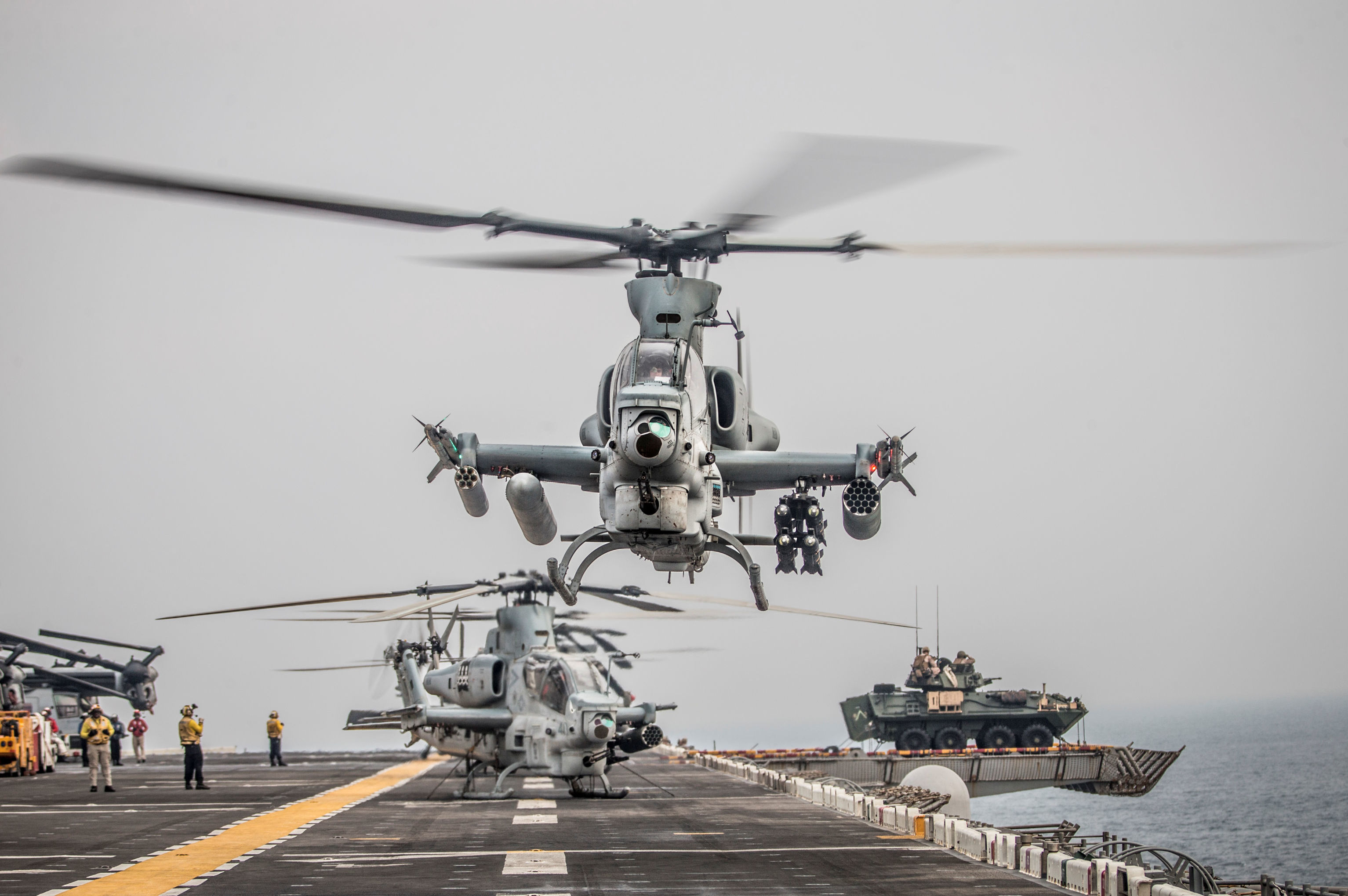 Helicóptero americano Viper AH-1Z prepara-se para decolar a bordo do navio de assalto anfíbio USS Boxer enquanto transita pelo estreito de Ormuz, no golfo de Omã