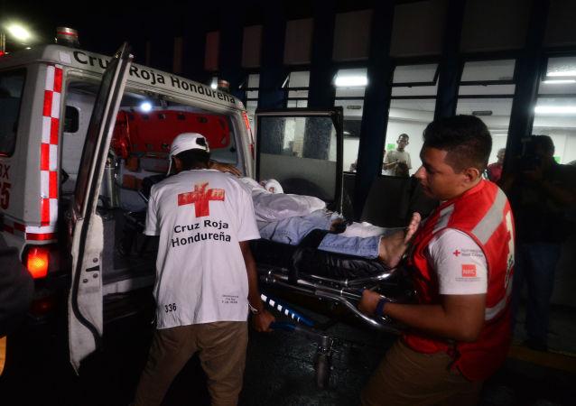 Membros da Cruz Vermelha hondurenha entram no Hospital Escola Universitário com um torcedor ferido durante o motim no Estádio Nacional Tiburcio Carías Andino, em Tegucigalpa, em 17 de agosto de 2019