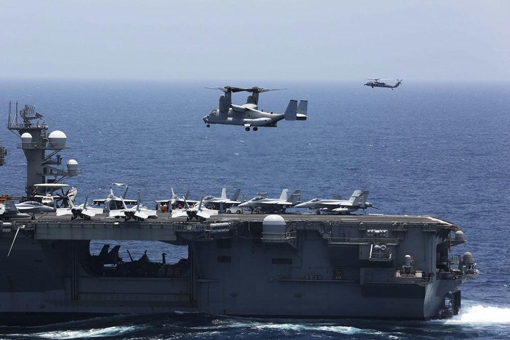 Aeronave militar multifunção MV-22 Osprey do Esquadrão Marine Medium Tiltrotor 264 se prepara para pousar no convés do porta-aviões USS Abraham Lincoln de classe Nimitz, durante as manobras em 17 de maio de 2019