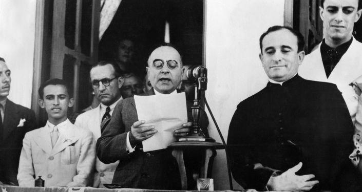 Getúlio Vargas anuncia, em novembro de 1937, a dissolução do Congresso e o início do período ditatorial que ficou conhecido como Estado Novo.