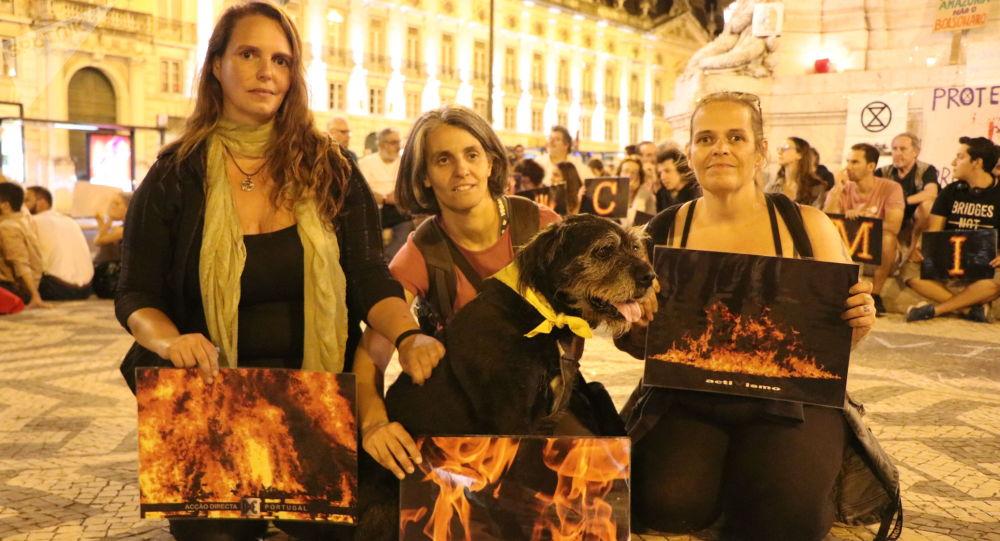 Ativistas em Lisboa protestam contra incêndios na Amazônia e cobram medidas do presidente do Brasil, Jair Bolsonaro. Foto de 23 de agosto de 2019.