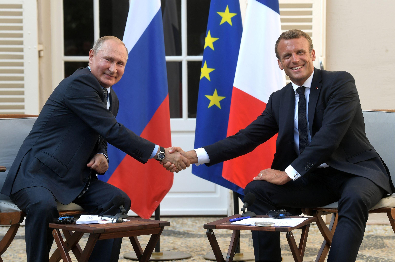 Presidente da Rússia, Vladimir Putin, e presidente da França, Emmanuel Macron, durante o recente encontro no sul da França