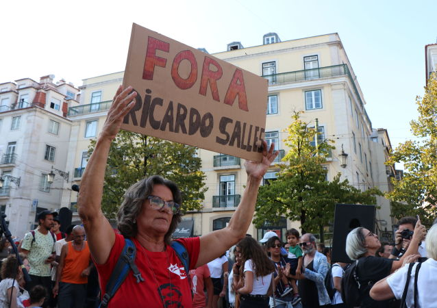 Manifestante durante ato contra queimadas na Amazônia em Lisboa, Portugal