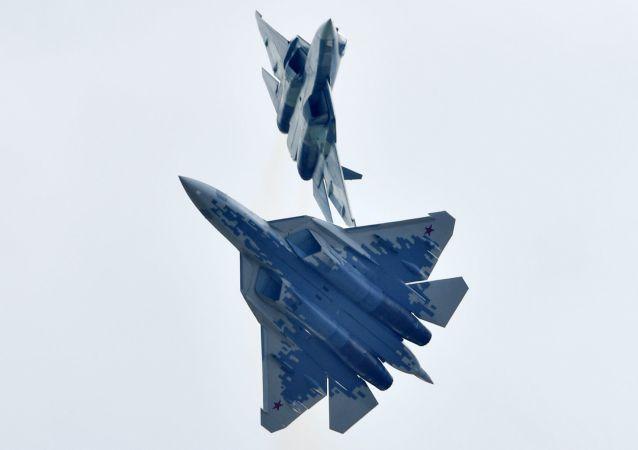 Caças multifuncionais russos de quinta geração Su-57 realizam voo de demonstração no Show Aéreo MAKS-2019
