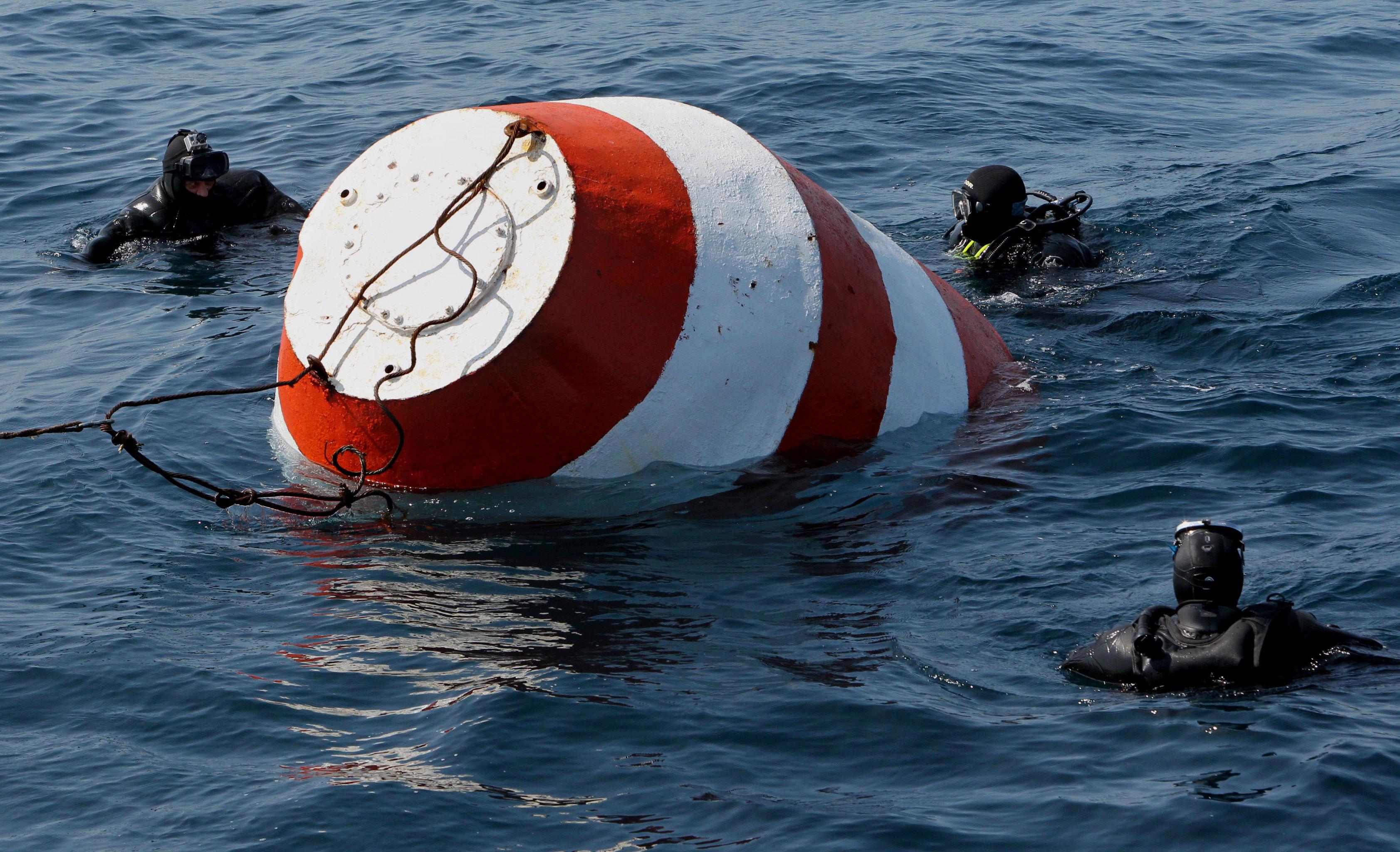 Exercícios para encontrar e evacuar astronautas do veículo de descida no mar em Vladivostok, na Rússia