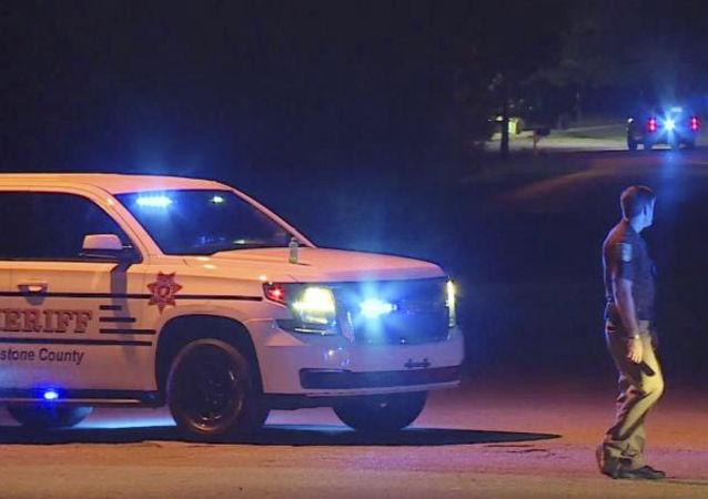 Polícia bloqueia rua da cidade de Elkmont, no Alabama, após família ser morta a tiros por adolescente