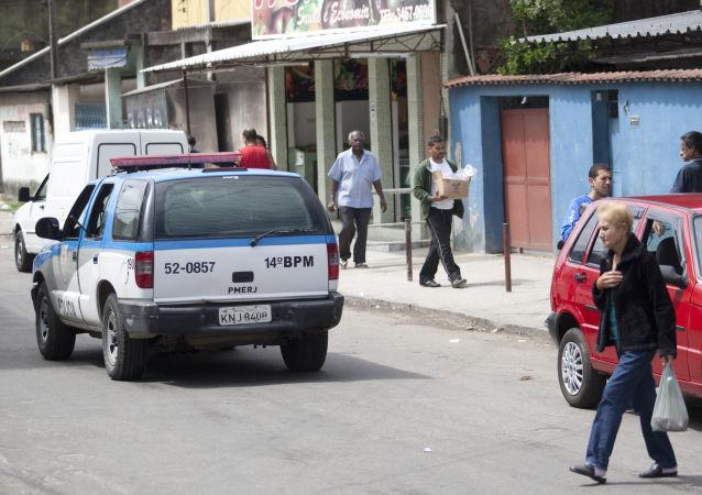 Carro da polícia militar patrulhando ruas da Vila Kennedy, no Rio de Janeiro (arquivo)