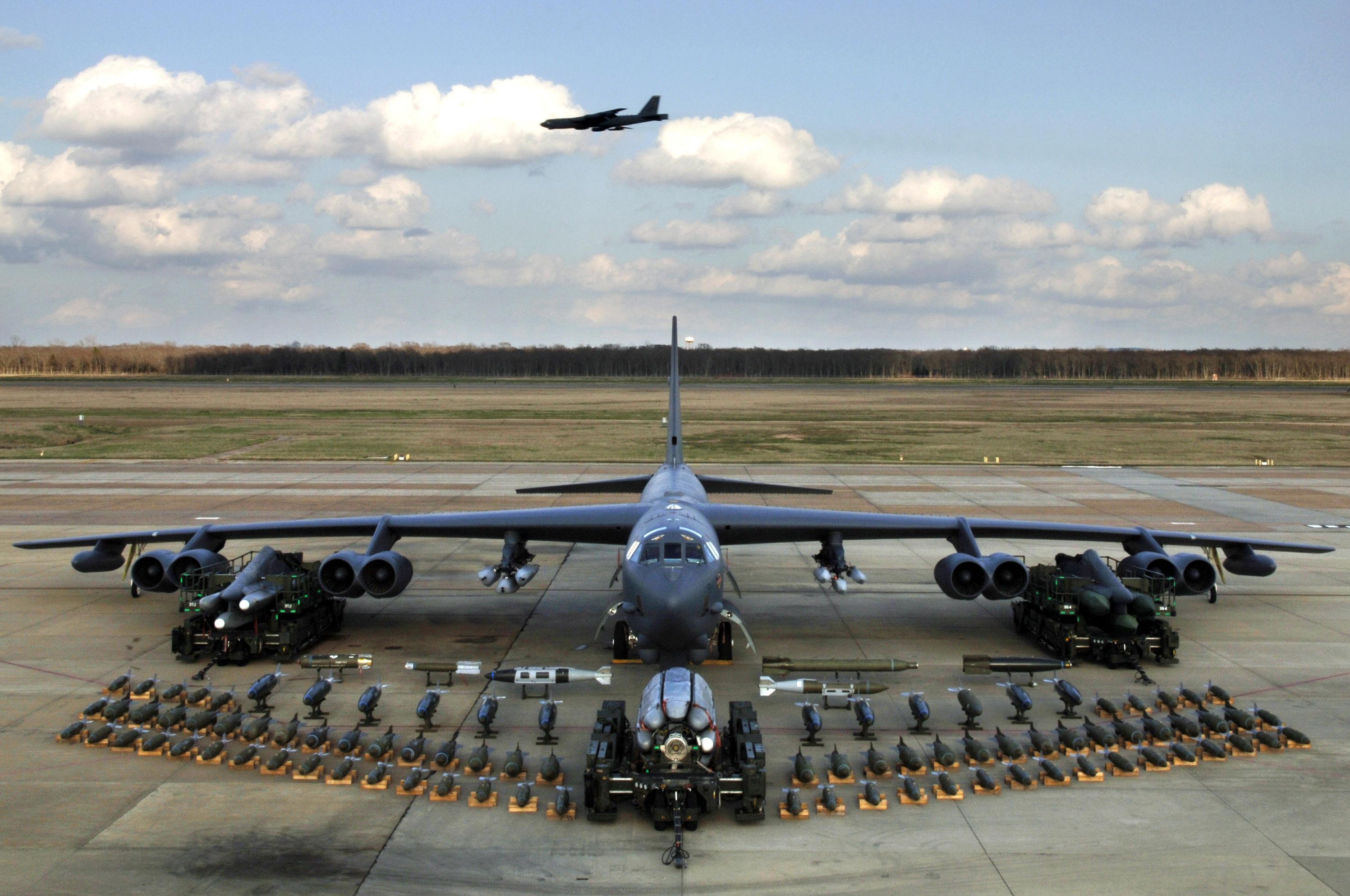 Um bombardeiro estratégico B-52 com seu conjunto de munições